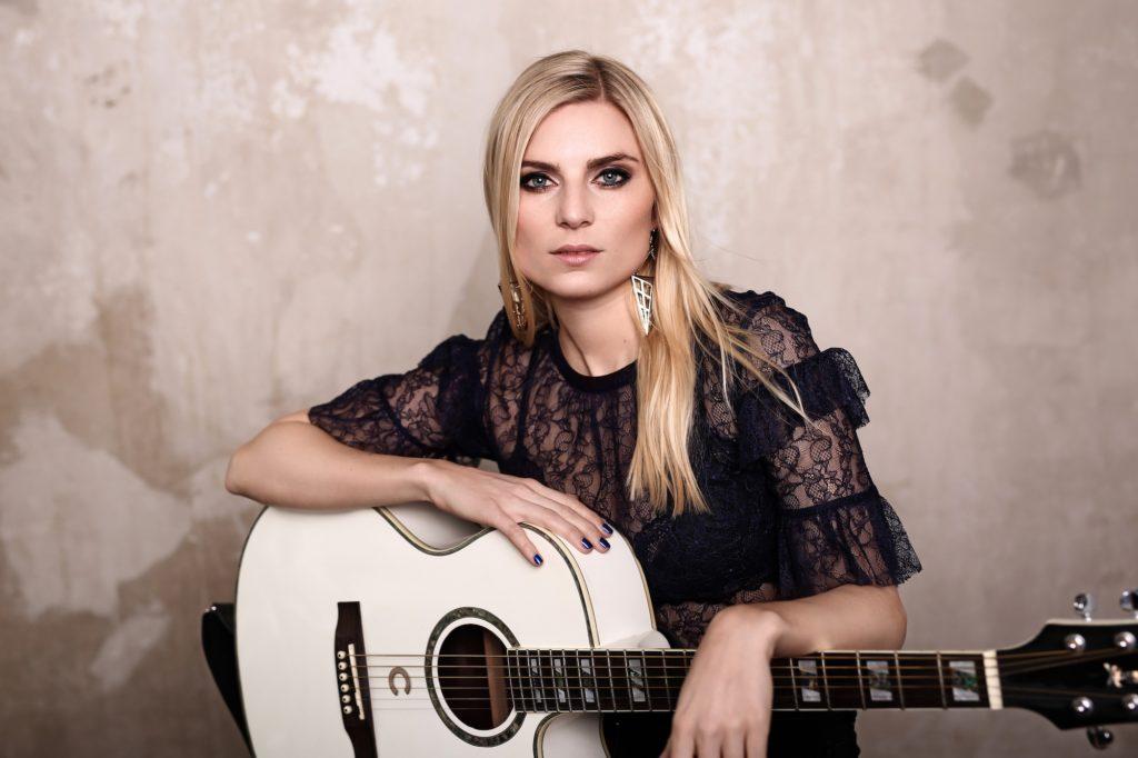 Charlotte Giers mit Gitarre